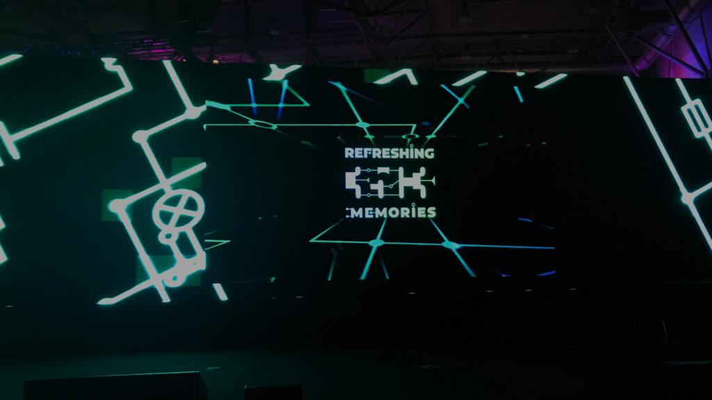 """Leinwand, auf der das """"35C3 – Refreshing Memories""""-Logo projiziert wird."""