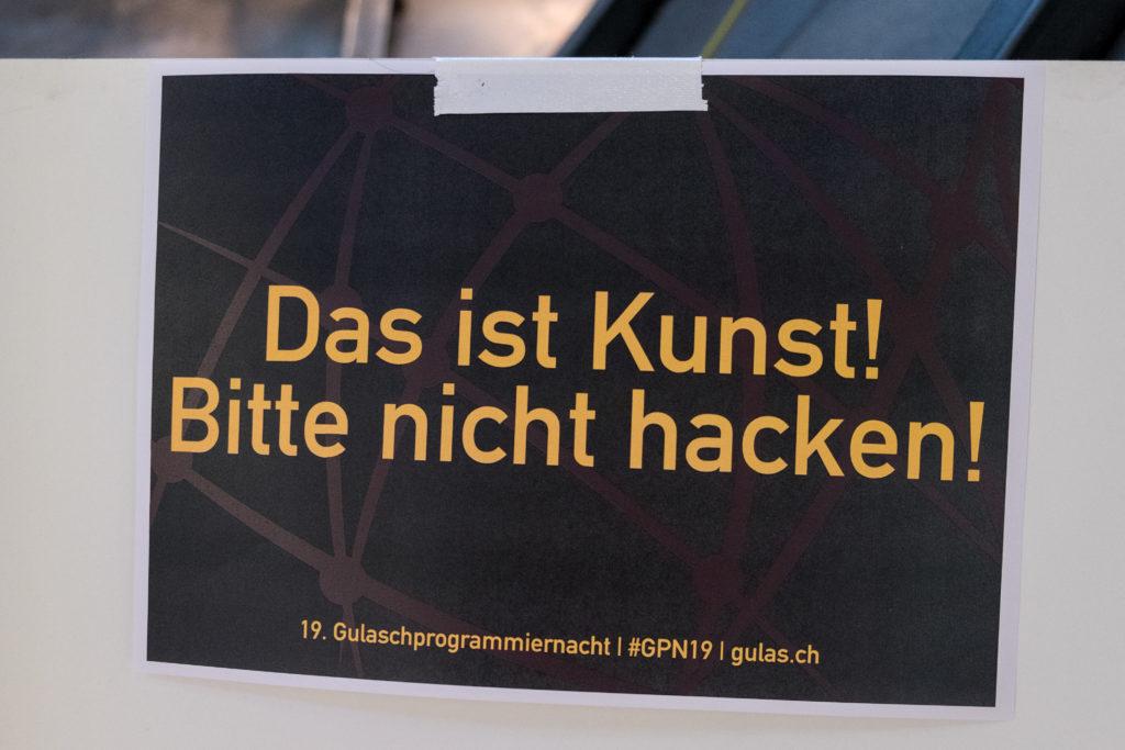 """Ein Schild mit der Aufschrift: """"Das ist Kunst! Bitte nicht hacken!"""""""
