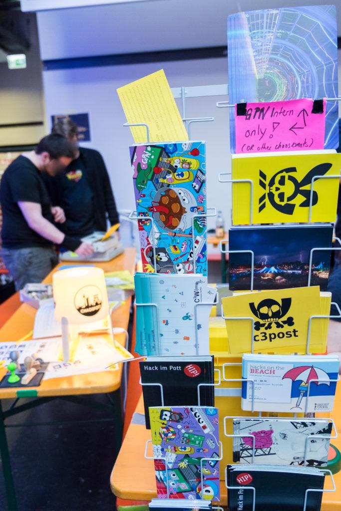 Postkartenständer mit vielen unterschiedlichen, nerdigen Postkarten.