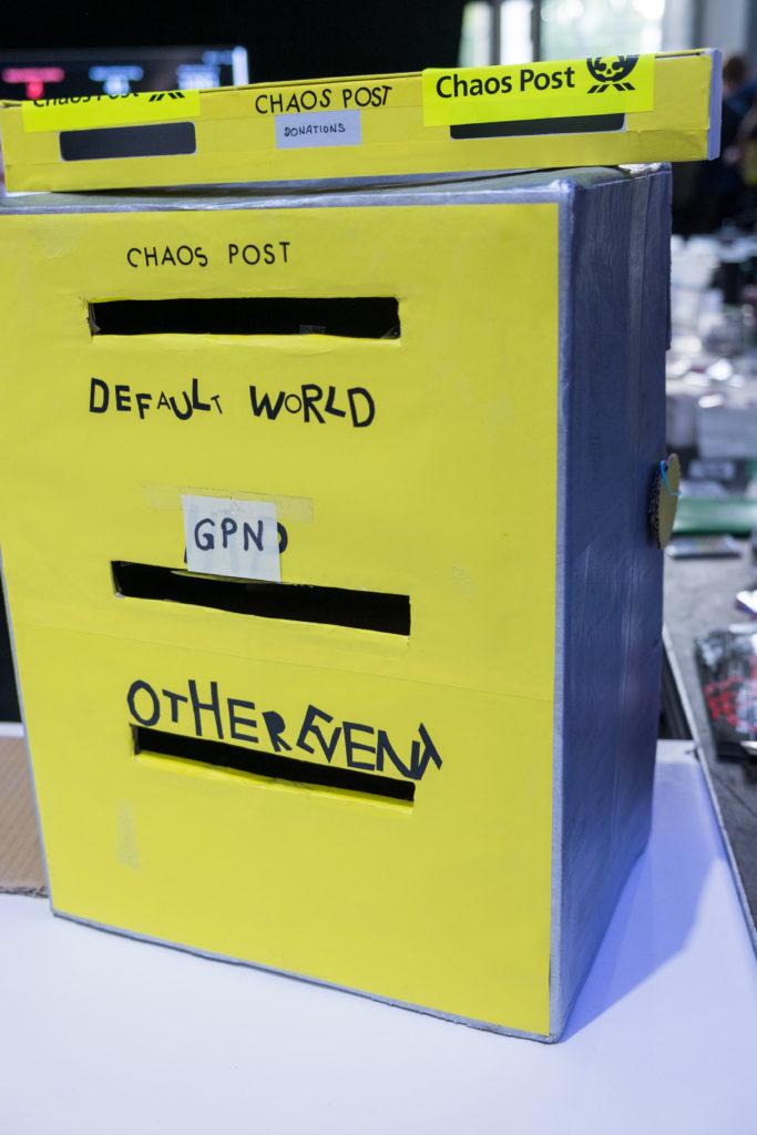 """""""Chaos Post""""-Briefkasten mit Einwurfschlitzen """"DEFAULT WORLD"""", """"GPN"""" und """"OTHER EVENT""""."""