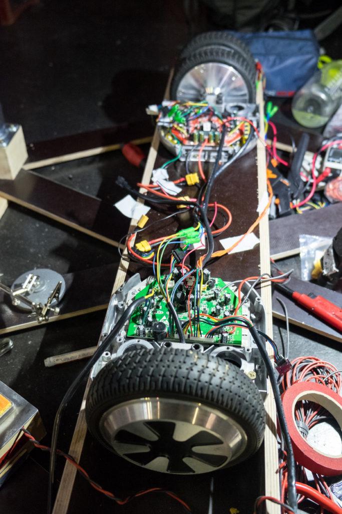 Innenleben eines E-Boards, bestehend aus Platinen und vielen Kabelverbindungen.