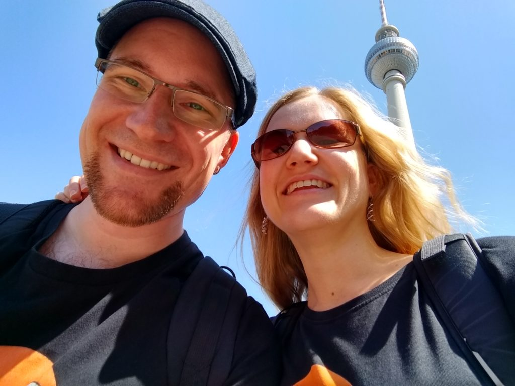 Selfie von Marco und Annette. Im Hintergrund sieht man den Berliner Fernsehturm.