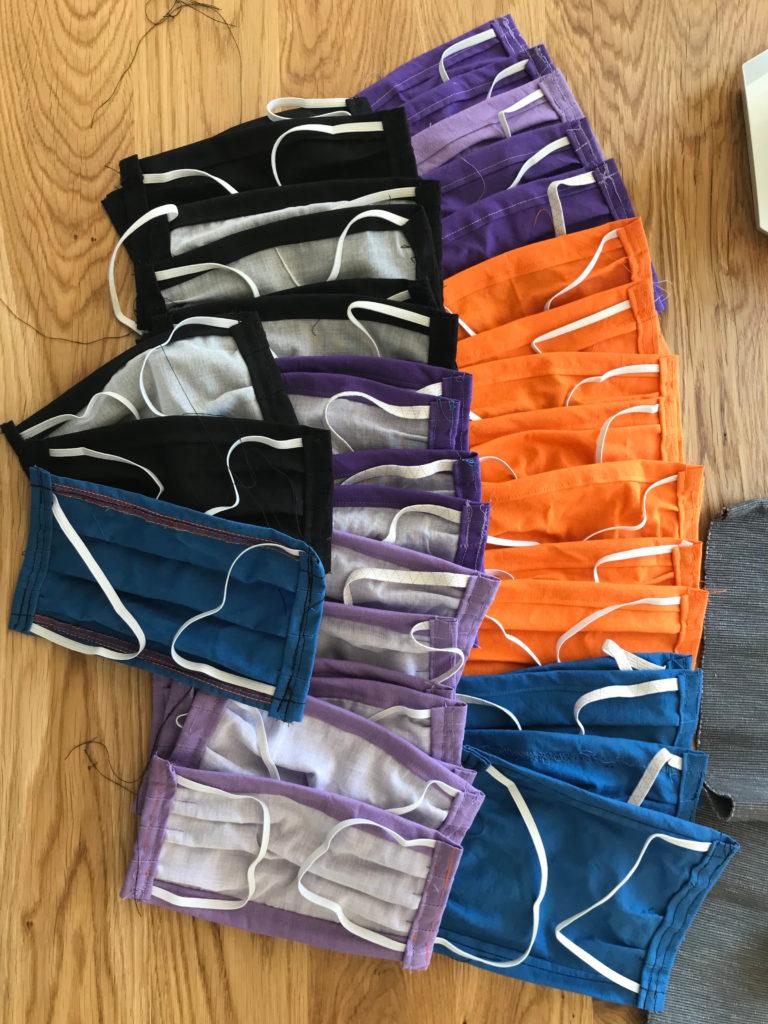Ca. 30 selbstgenähte Mundschutzmasken in unterschiedlichen Größen und Farben.