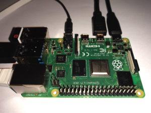 """""""Raspberry Pi 4 Model B""""-Platine, an der unterschiedliche Stecker angeschlossen sind."""