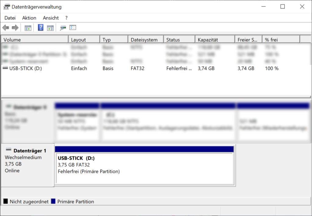 """Screenshot der in """"Windows 10"""" eingebauten Applikation """"Datenträgerverwaltung"""", welches Partitionierungsinformationen (Dateisystem, Status, Kapazität etc.) eines 4 GB Speichermediums darstellt."""