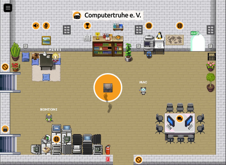 """Blick in das Wohnzimmer unserer virtuellen """"rC3""""-2D-Assembly. Darin befinden sich drei Avatare, ein Ruhebereich, ein Konferenztisch, eine Computerecke, Bücherregale und ein Haufen Hardware."""
