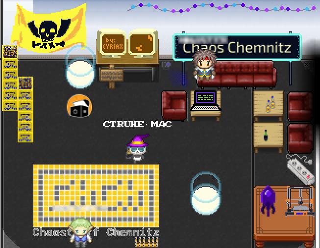 """Blick auf den virtuellen Stand des """"Chaostreffs Chemnitz"""". Darin befinden sich u. a. drei Avatare, eine Sofaecke, ein Tisch mit 3D-Drucker, Club Mate-Kisten, Rechner und auch je ein Portal, über das man auf die Karten des """"Chaostreffs"""" und auf die der """"Computertruhe"""" gelangt."""
