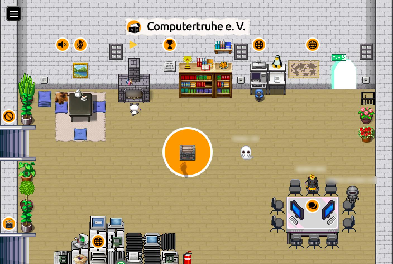 """Die Hauptkarte der """"Computertruhe"""" ist einem Wohnzimmer nachempfunden. Es gibt einen offenen Kamin, Bücherregale, einen PC-Arbeitsplatz, Tische und Stühle und einen großen Hardware-Stapel. Im Raum verteilt befinden sich Symbole, die Interaktionsmöglichkeiten markieren. In der Mitte des Raum steht auf einem orangefarbenen Kreis eine Holztruhe, auf die eine Fußspur zeigt. Vier Avatare befinden sich im Raum."""