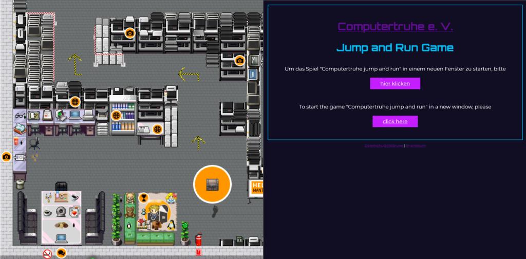"""Screenshot eines Ausschnitts des Lagers. Darin befinden sich viele Regale voller diverser Computerhardware, aber auch ein Arbeitsbereich, ein Tisch mit Sitzmöglichkeiten und eine Spielecke. Im Raum verteilt befinden sich Symbole, die Interaktionsmöglichkeiten markieren. Analog zum Wohnzimmer gibt es einen orangefarbenen Kreis mit einer Holztruhe darauf, auf die eine Fußspur zeigt. Die rechte Hälfte des Raums wird mit einer kleinen Website überdeckt, über die man das """"Computertruhe Jump 'n' Run"""" starten kann."""