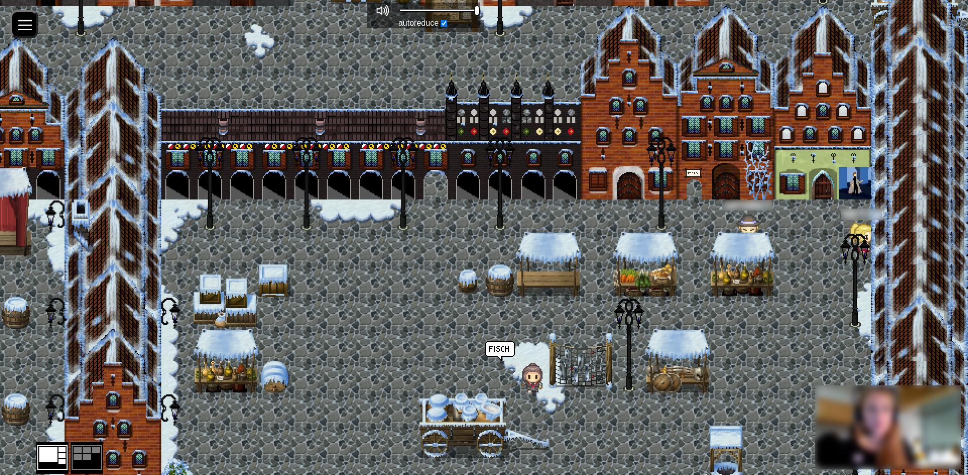 Der Screenshot zeigt den Nachbau des winterlichen Lübecker Marktplatzes. Es sind zudem das Rathaus und Häuser mit besonderen Giebelformen zu sehen. Auf dem Marktplatz stehen Marktstände, ein Holzkarren, Kisten und Fässer. Eine Nicht-Spieler-Figur bietet Fisch feil, zwei Avatare schlendern über den Markt.