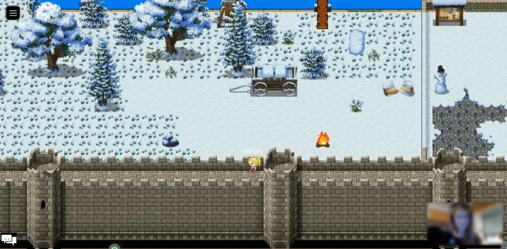 Der Screenshot zeigt im unteren Teil eine hohe Stadtmauer, auf der ein Avatar geht. Darüber befindet sich eine mit Schnee bedeckte Wiese mit einigen Bäumen und einem Holzkarren. Ein kleines Lagerfeuer brennt und ein Schneemann steht auf einem angrenzenden Platz.