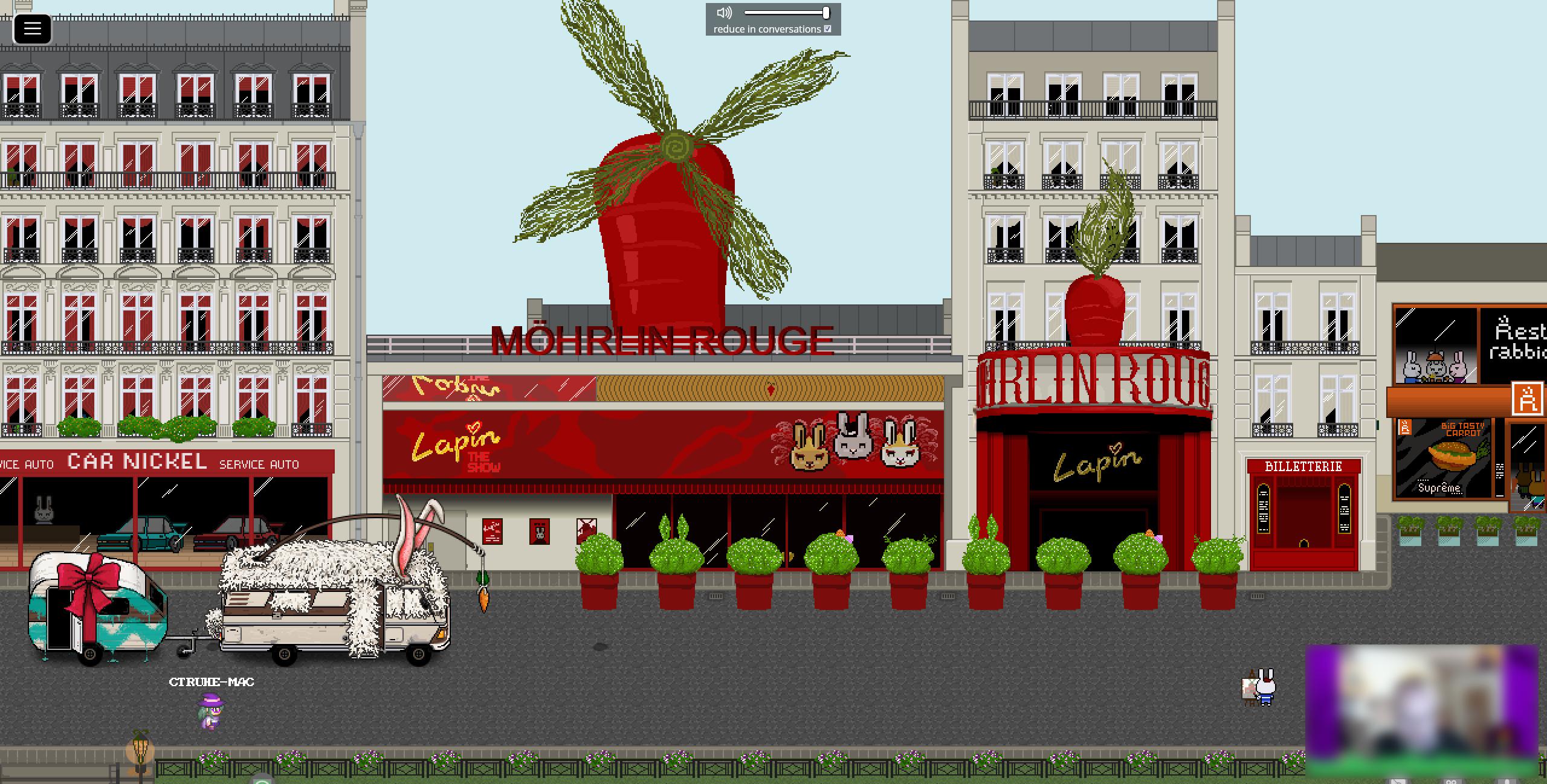 """Screenshot einer Straße mit Häuserfronten im französischen Stil. U. a. ist ein Autogeschäft des Namens """"Car Nickel"""" zu sehen, vor dem ein Wohnmobil-Wohnwagen-Gespann stehen. Das Wohnmobil ist mit weißem Fell überzogen, besitzt Hasenohren und eine Karotte an einer Angel baumelt vor dem Führerhaus. Zentral im Bild befindet sich das Varieté """"Möhrlin Rouge"""" als Hommage an das """"Moulin Rouge"""". Statt der Windmühle befindet sich auf dem Dach aber eine riesige Karotte mit vier Windmühlenflügeln aus Karottengrün."""