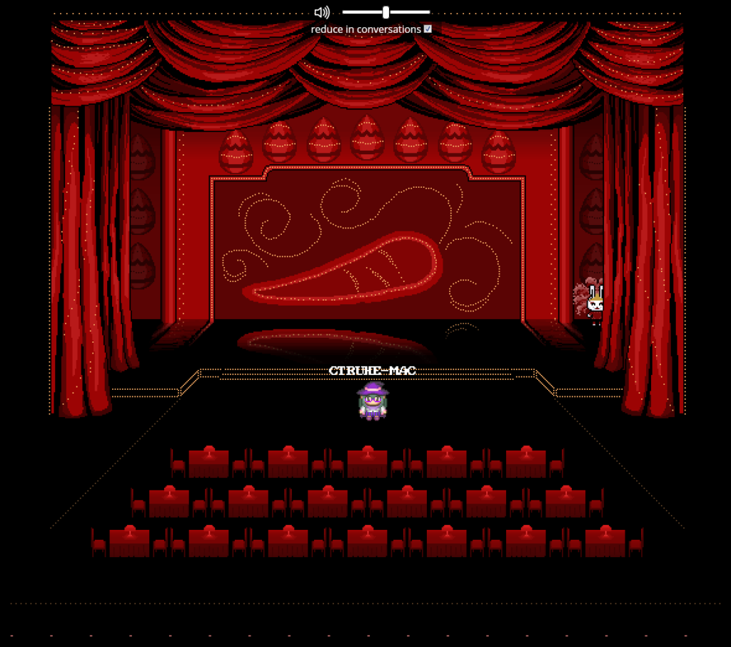 """Screenshot der Bühne des """"Möhrlin Rouge"""". Es befinden sich Ostereier und eine große Möhre als Deko auf der Bühne und eine Hasentänzerin steht neben der Bühne. Alle Plätze davor sind unbesetzt, lediglich ein Avatar steht im Raum."""