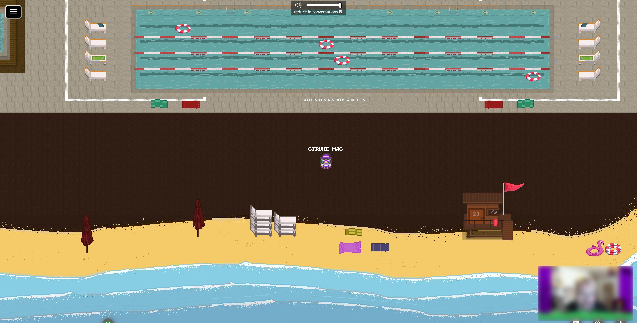 Screenshot eines Strandabschnittes mit aufgestapelten Liegen, Handtüchern und Schwimmhilfen im Sand und geschlossenen Sonnenschirmen. Ebenfalls findet sich dort ein Rettungsturm mit der Nummer 23. Zusätzlich sieht man ein Schwimmbecken mit mehreren Bahnen und einigen Liegen an den Enden.