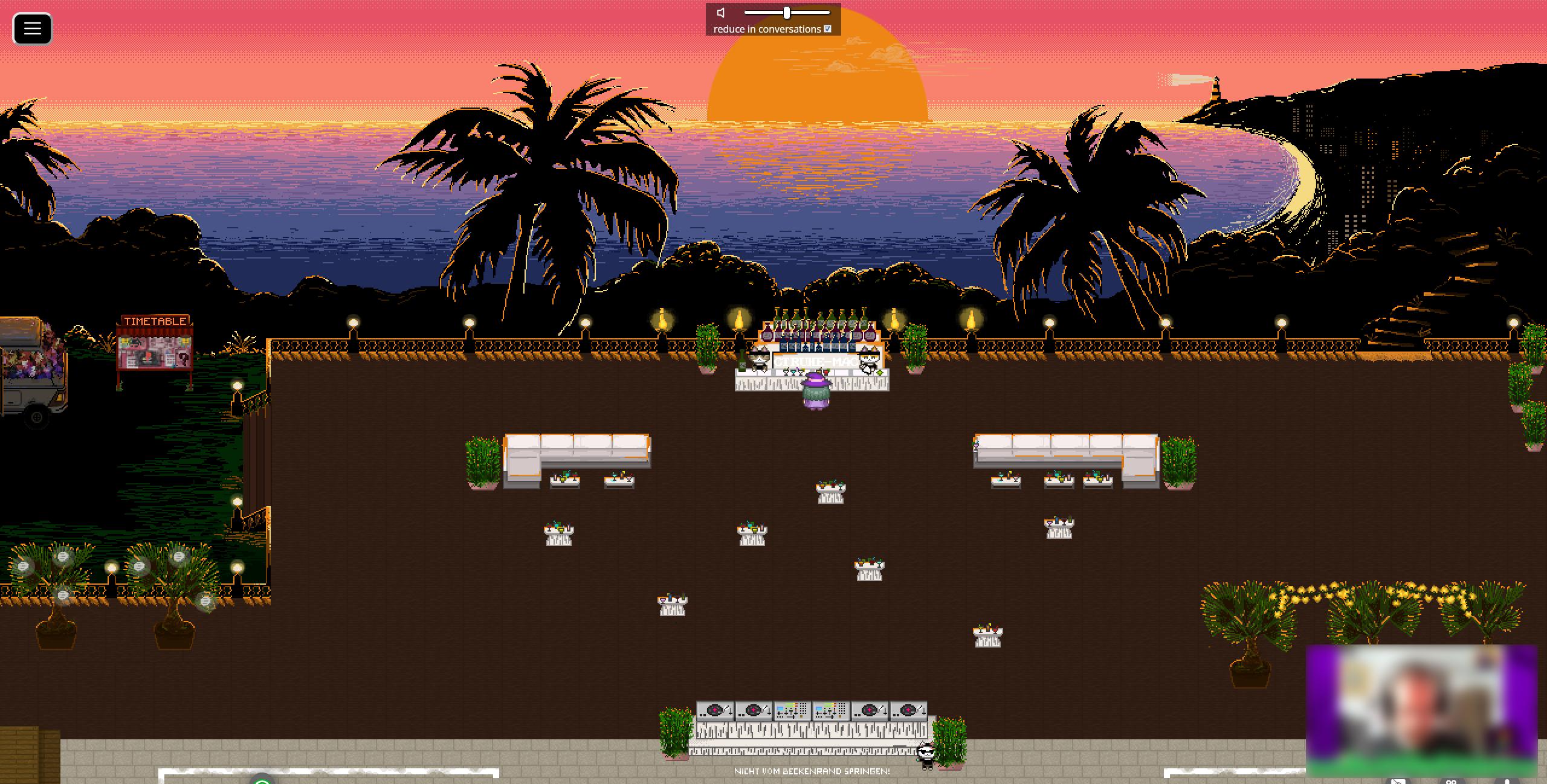 Screenshot einer Open Air-Bar mit zwei Katzen-Barkeepern, vor denen ein Avatar steht. Ebenfalls finden sich mehrere Stehtische und ein DJ-Bereich in der Szene. Im Hintergrund sieht man Palmen, das Meer und die untergehende Sonne.