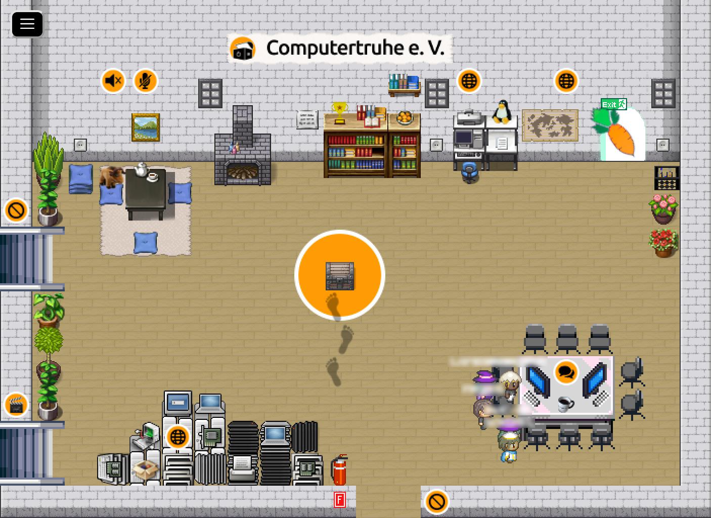 """Blick in das Wohnzimmer unserer virtuellen """"R2R""""-2D-Assembly. Darin befinden sich vier Avatare, ein Ruhebereich, ein Konferenztisch, eine Computerecke, Bücherregale und ein Haufen Hardware."""