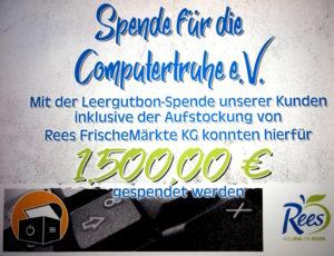 """Badge mit dem Text """"Spende für die Computertruhe e.V. – Mit der Leergutbon-Spende unserer Kunden inklusive der Aufstockung von Rees FrischeMärkte KG konnten hierfür 1.500,00 € gespendet werden""""."""